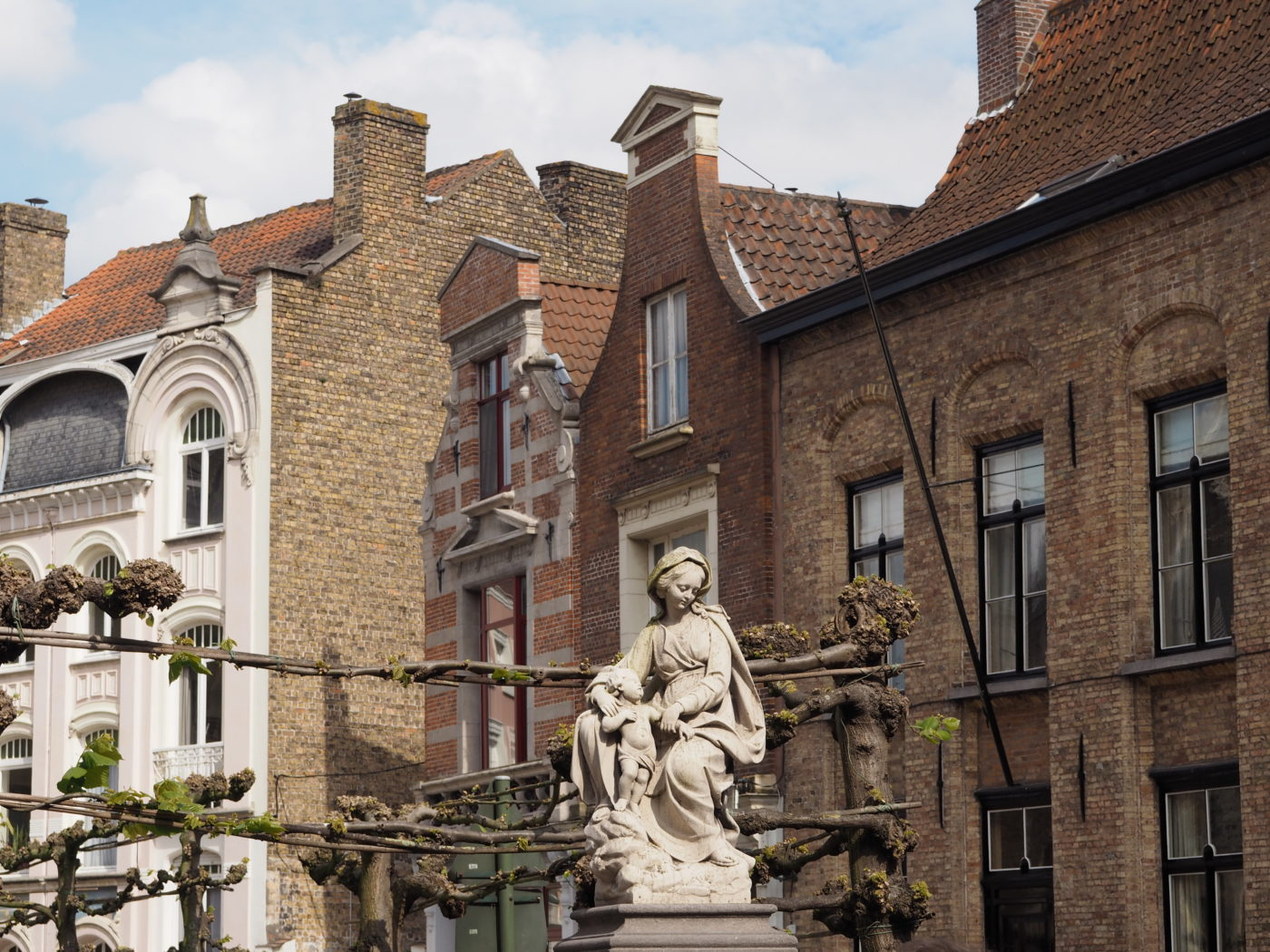 Read my guide of food, museums & sights so you too can have a fairytale in Bruges | almostginger.com