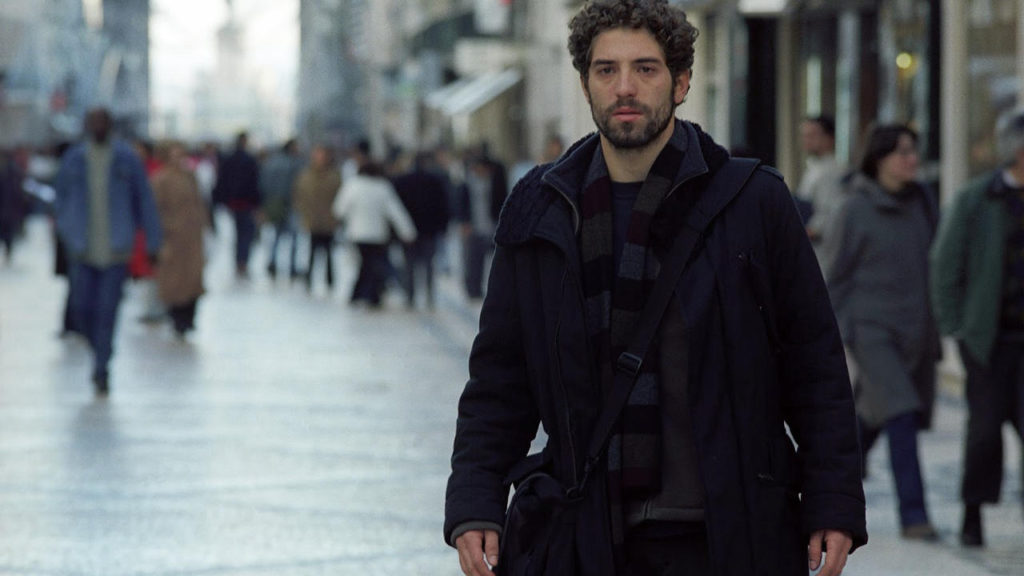 Still of a man wearing black in the street from the Portuguese movie Alice (2005)