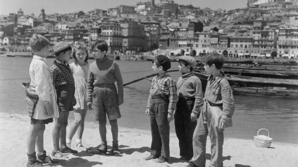 Black and white still of children by the river in Aniki Bóbó (1942)