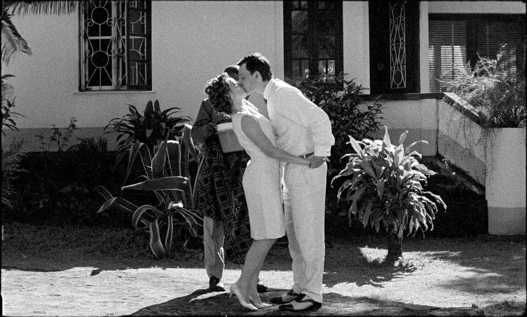 Black and white still of a man dramatically kissing a woman from the Portuguese movie Tabi (2012)